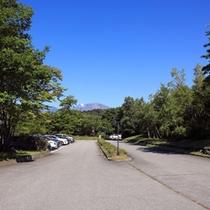 *駐車場/広大な敷地の中に、190台無料駐車場完備。