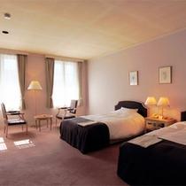 *客室一例/ゆとりの広さと重厚感ある落ち着いた雰囲気の客室でお過ごし下さい。
