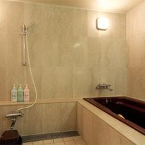 *客室一例/洗い場がゆったりとられた浴室は一部に大理石使用。