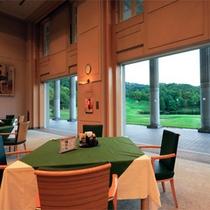 *レストラン一例/窓の外に目を向ければ、鮮やかな緑の景色が目に飛び込んできます。