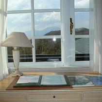 *客室一例/明るい窓辺からは浅間山を望むお部屋も。※ご指定は出来ません。