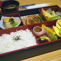 *夕食一例/松花堂弁当をお部屋にお持ち致します。のんびりとお召し上がり下さい。