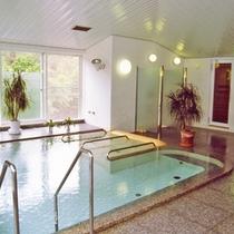ゆったりと解放的な大浴場には手摺りなどを設置し、ご高齢の方でも安心してご入浴頂けます。