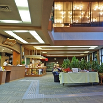 (ロビー)天井が高く開放感のある空間。