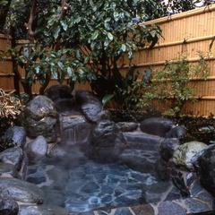限定!小湯沢の間をご指定。池に張り出した大きな濡縁。ご指定の多い、露天付き離れのお部屋です (PA)
