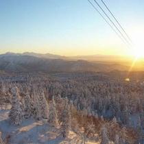 樹氷と夕日が奏でる感動的な景観