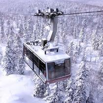 冬の旭岳は夕に映えます。ロープウェイで絶景をお楽しみください。