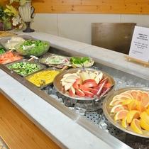 【夕食ブッフェ】新鮮なフルーツも揃えております。