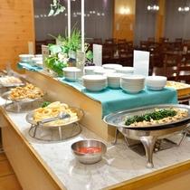 【夕食ブッフェ】道内の旬の食材をふんだんに使った和洋メニューが並びます。