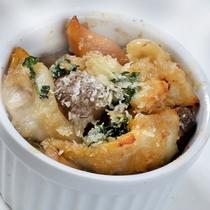 【調理長特製料理】1月の一品「つぶ貝のエスカルゴ風ココット」