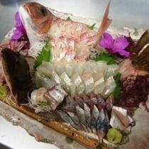 地魚の造り大皿盛りを豪快に♪