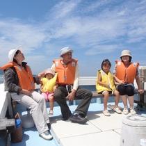家族で楽しむ遊漁船「とび丸タクシー」海を爽快に走る