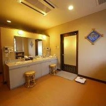 【大浴場脱衣所】ビジネスでもすっかり温泉旅行気分。大浴場は手軽さとゆったり感が自慢です。