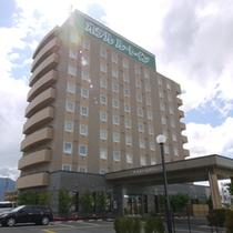 【外観】諏訪インター前の交差点を左折し、左右に見える建物の左側が当ホテルです。