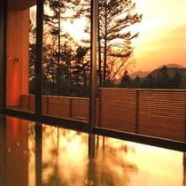 □森のホットスプリング(矢ケ崎温泉) 〜軽井沢の森が茜色に染まるころ〜
