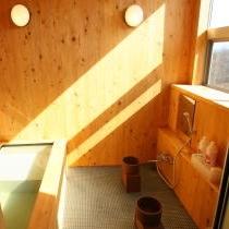 館内の桧貸切風呂