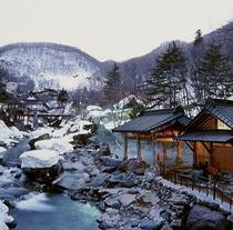 【冬の露天風呂全体】冬季期間は例年3月末頃まで雪見露天風呂をお楽しみいただけます。