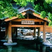 『摩訶の湯』新緑・混浴・100畳/青々とした木々が美しい混浴露天風呂