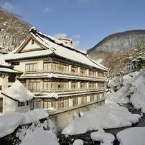 【外観】雪化粧の美しい宝川温泉
