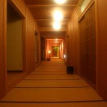 玄関から続く畳の廊下。