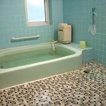 *家族風呂/3~4名までが一緒に入れる大きさで無料で貸切も可能です。
