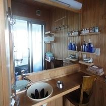 大きな鏡のある洗面所