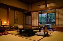 中庭を望む客室の一例