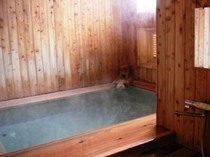 当館の源泉風呂「湯の香」は、蔵王温泉ろばた源泉かけ流しの檜造りの浴室です。