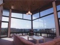 あご湾を一望できるガラス張りのリビングルーム(デラックススイートコテージ)