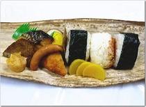 昼・竹皮包弁当(おにぎり3個)