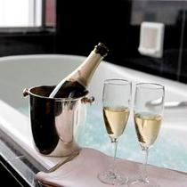 シャンパンとともに優雅なバスタイム