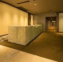 日本の伝統工芸「京唐紙」をあしらった、フロント