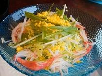 菜の花をイメージした玉子と春キャベツのサラダ。