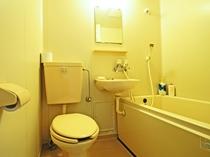 【バス・トイレ】シンプルなユニットバスは全室完備です