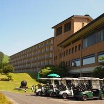 ホテル出てすぐの所からカートに乗ってゴルフへ行けます!