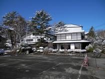 駐車場から見た初冬の建物外観