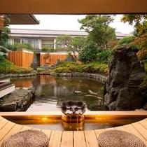お庭を見ながらゆっくりと足湯につかるひと時