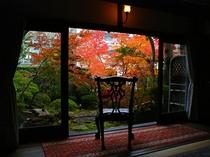 閑古錘の部屋から眺める紅葉