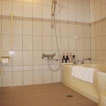 【浴室・バリアフリー】シャワーが浴槽の外にあり便利★