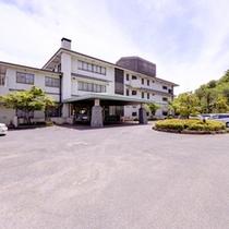 *円通寺公園内の小高い丘に佇む当館。瀬戸内海の美しい景色を愉しみながら、新鮮な海の幸に舌鼓。