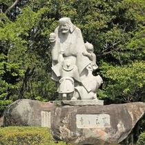 """*""""童と良寛""""/江戸後期の僧侶であり歌人である良寛の銅像が円通寺公園内にございます。"""