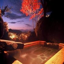 (月の湯)秋の紅葉露天風呂(縦)