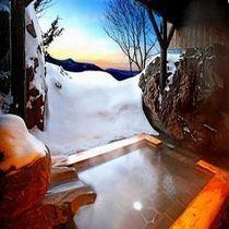 夕景と雪見の貸切絶景露天風呂