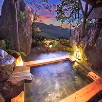 巨大岩の間から夕景大パノラマを望む貸切露天風呂(月の湯)