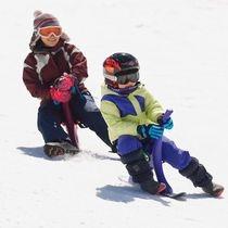 お母さんと一緒にスノードライブで雪遊び