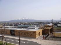 JR知床斜里駅は目の前です。バックには雄大な斜里岳が広がります。