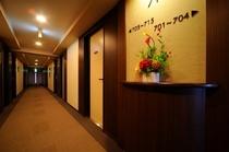 客室は1フロアに15室ずつあり、合計105室。内60室は禁煙ルームです。