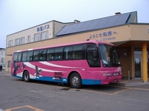 定期観光バス「知床浪漫ふれあい号」 乗車口の斜里バスターミナルは、ホテルより徒歩1分です。