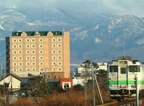 ホテル外観、列車、ウナベツ岳が重なった貴重なショットです。