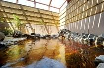 【男性露天風呂】温泉と言えば露天風呂。内風呂と同じく源泉100%かけ流しで、抜群の泉質です。